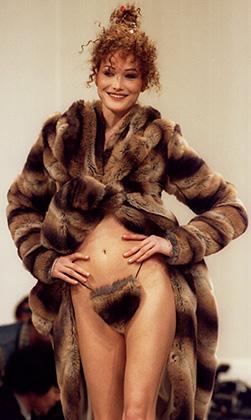 Топ-модель Карла Бруни (будущая супруга экс-президента Франции Николя Саркози) на показе коллекции Vivienne Westwood сезона осень-зима 1994-1995