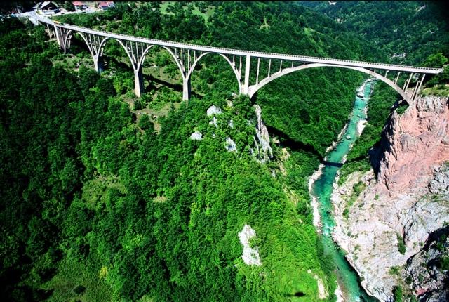 Каньон реки Тары Черногория. Вниз не смотреть. Самые глубокие каньоны планеты. Фото с сайта NewPix.ru