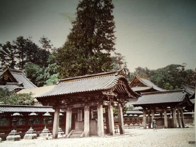 Каменные строения для хранения святой воды используются для умывания перед входом в храм.