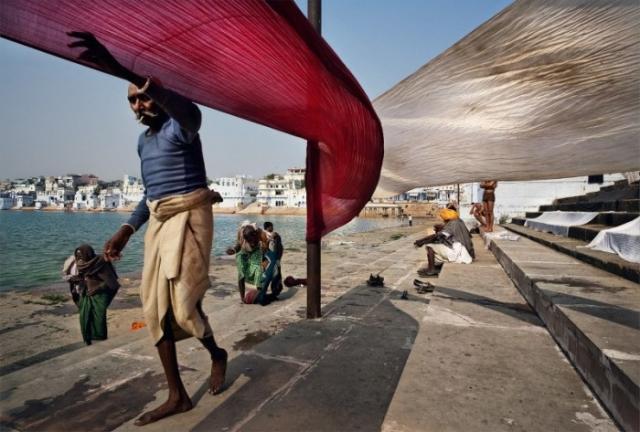 Пушкар, Индия: После ритуального омовения и купания паломники высушивают свои сари на столбах. Автор: Matjaz Krivic.