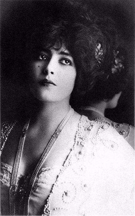 Настоящее имя актрисы Матильда Гортензия Клэр Фосси - королева театра и моды, парижская куртизанка с трагической судьбой.