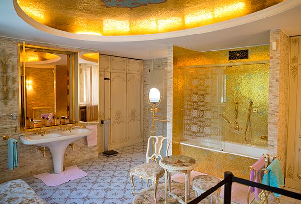 Знаменитая золотая ванная комната четы.