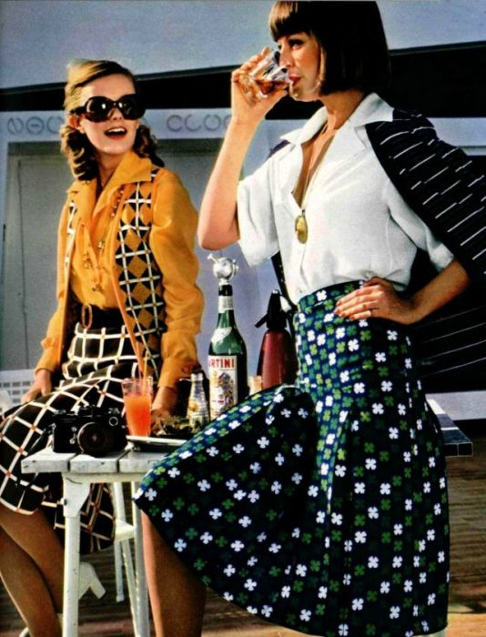 Практичная юбка в складку до колен сочетается с рубашкой или блузой.