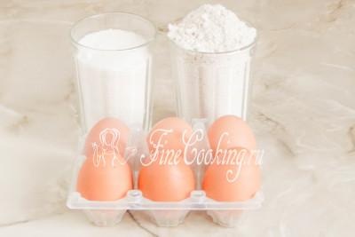 Для приготовления овсяного бисквита возьмем куриные яйца среднего размера (45-50 граммов каждое), овсяную муку и сахарный песок