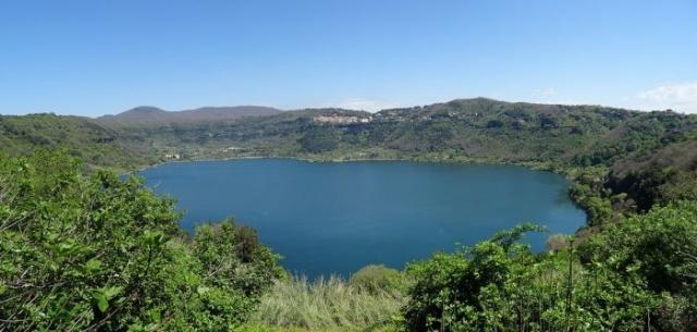 Панорама озера Неми. | Фото: en.wikipedia.org.