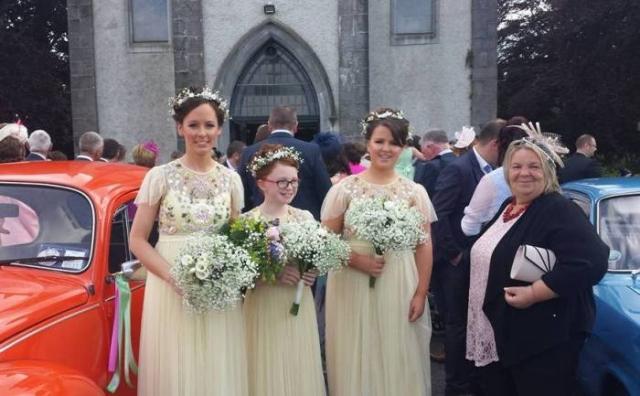 Подружки невесты у церкви на свадьбе в Драмсне.