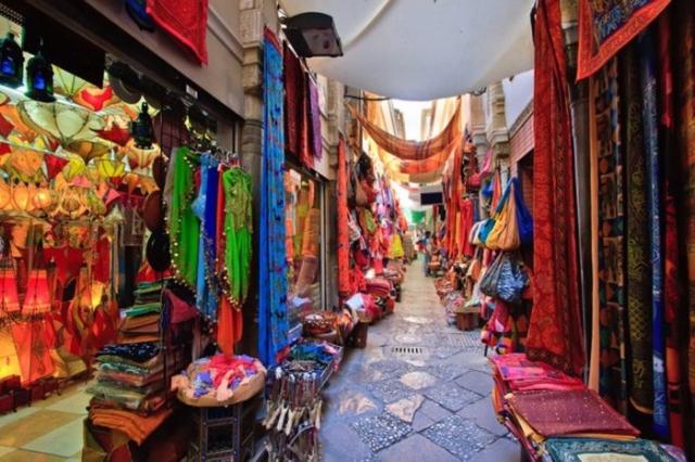 Гранада — город, где прекрасно уживаются католицизм и ислам как в архитектуре, так и в быту.