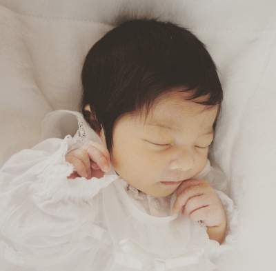 6-месячная малышка с огромной шевелюрой стала звездой Сети. Фото