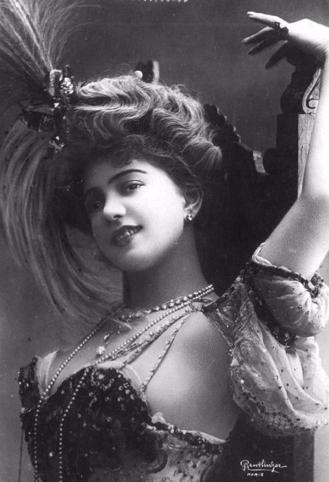 Танцовщица театра Варьете, актриса, модель, которая снималась в Прекрасную эпоху (Belle Еpoque) на открытках и плакатах.