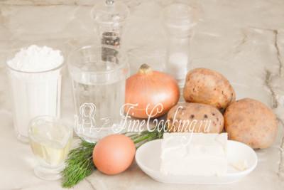 Шаг 1. Для приготовления домашних вареников с картофельной начинкой нам понадобятся следующие продукты: мука пшеничная высшего сорта, вода, картофель, репчатый лук, сливочное и растительное (рафинированное) масло, свежий укроп, куриное яйцо, соль и молотый черный перец