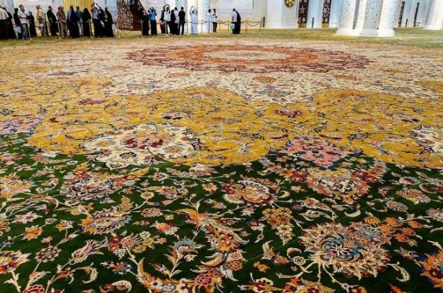 Ковер площадью 5627 метров и весом 47 тонн. / Фото: www.din.az