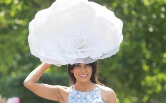 Шляпа в виде огромной белой розы.