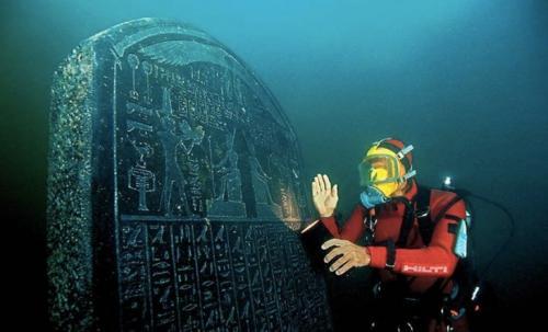 Гераклеон и Канопус, ЕгипетГераклеон и Канопус называли городами-побратимами, охраняющими ворота Египта. Более 1200 лет назад после потопа они скрылись под водой. Предположительно, города были построены над гигантскими пустотами, заполненными водой, и в какой-то момент под тяжестью конструкций они провалились. До их открытия в 1999 году единственным доказательством их существования оставались рукописи историков и рассказы из мифологии. Древние руины были обнаружены на глубине 7 метров. Со своими многочисленными храмами, статуями и домами оба города оказались буквально замороженными во времени.