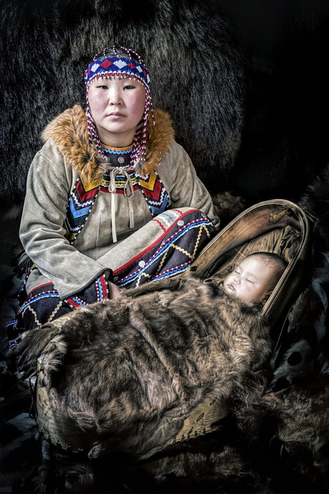 Женщина народности эвенки с ребенком.