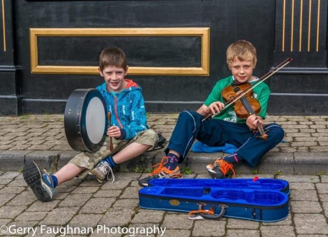Юные музыканты на улице Драмшанбо. \ Фото: @gerryfaughnan