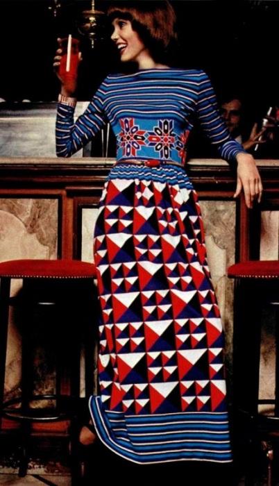 Актуальная модель - платье в пол с полосками и фигурами.