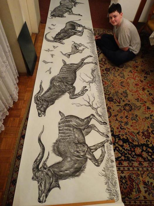 Юный художник создает масштабные полотна.