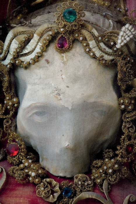 В церкви Роггенбурга (Германия) кроме четырех скелетов также хранится череп неизвестного святого.