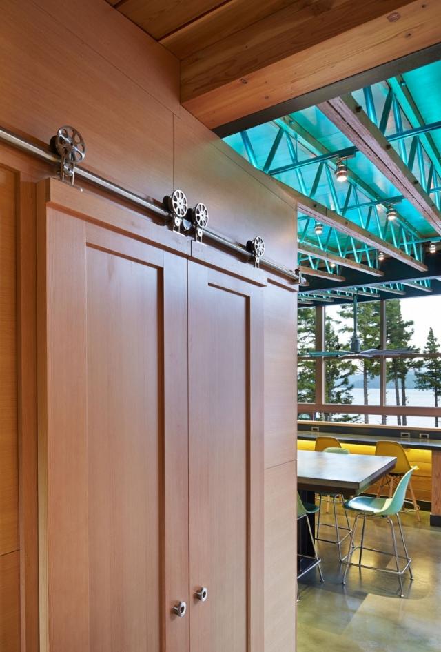 Дом в горах у озера от Johnston Architects - потолочные деревянные балки