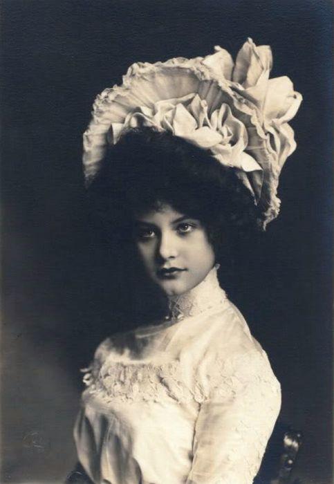 Одна из самых знаменитых и красивых женщин, которая выступала на театральных подмостках в начале ХХ столетия.