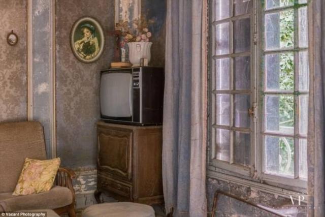Раритетный телевизор в углу кабинета.
