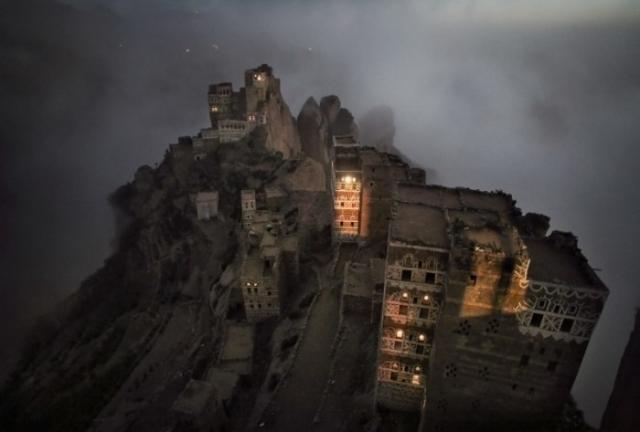 Йемен: утренний туман поднимается из долины над маленьким городком в горах Хараз. Автор: Matjaz Krivic.